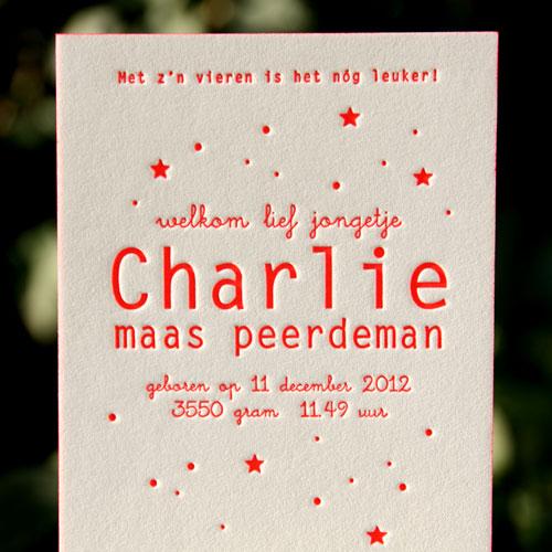 letterpers_letterpress_geboortekaartje_charlie_fluor_rood_sterren_zijkantkleur_ue