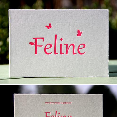Letterpers fluor roze meisjeskaart met vlindertjes