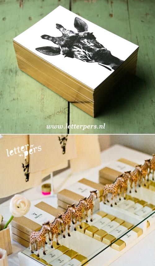 letterpers_letterpress_geboortekaartje_colette_giraffe_goud_opzijkant_foto_chocolade_doosjes