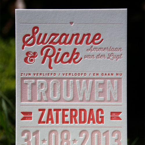 letterpers_letterpress_trouwkaart_Suzanne-en-Rick_roze_bloemen_pakketje_zomers_lief_ue