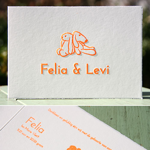letterpers_letterpress_geboortekaartje_tweeling_konijntjes_oranje_preeg_scheprandje_Levi_ue