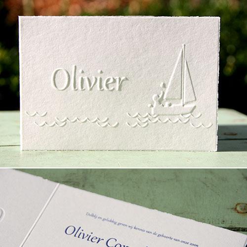 Kleurloze preeg van zeilbootje op geschept papier
