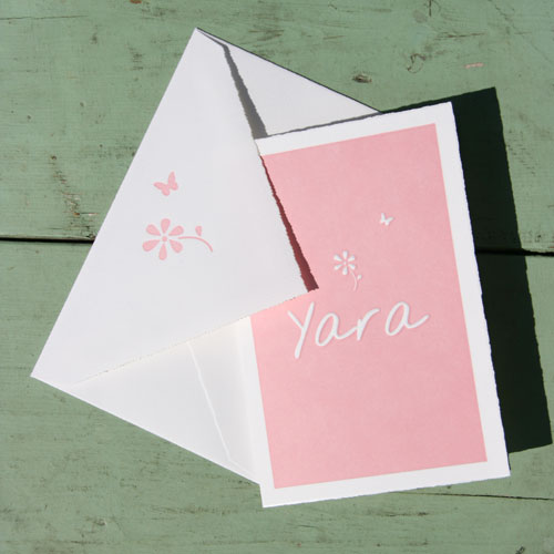 Letterpers_letterpress_geboortekaartje_Yara_simpel_bloemetje_envelop_vlinder_lief_oud_hollands_papier_ue