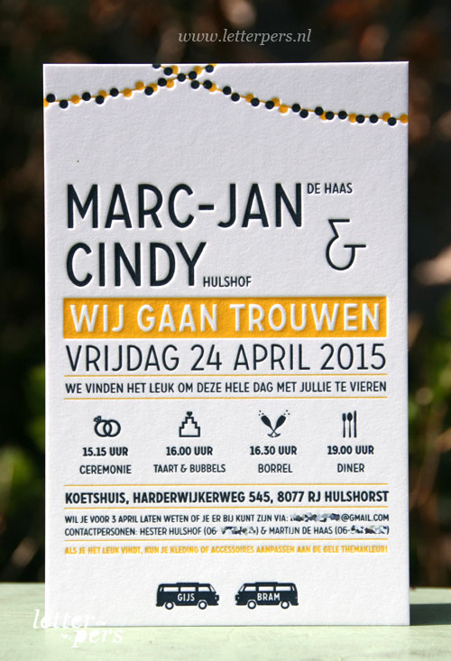 Letterpers_Letterpress_trouwkaart_weddinginvitation_bruiloft_Marc-Jan_Cindy_VW_busje_slingers_iconen_donkerblauw_geel
