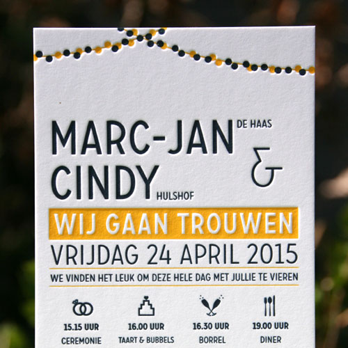 Letterpers_Letterpress_trouwkaart_weddinginvitation_bruiloft_Marc-Jan_Cindy_VW_busje_slingers_iconen_donkerblauw_geel_ue