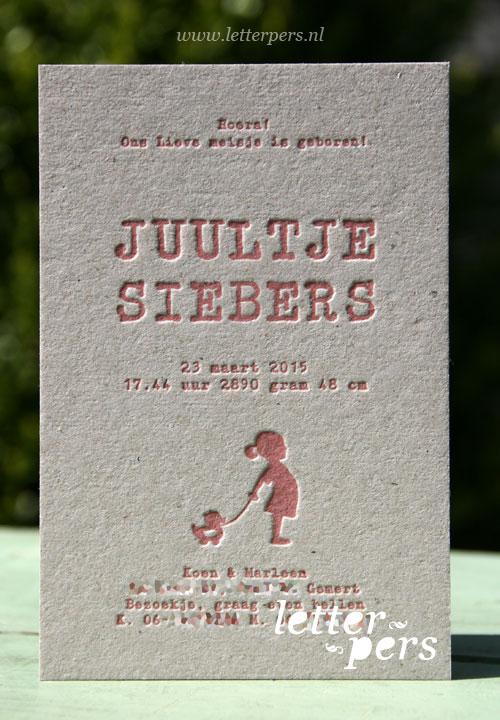Letterpers_letterpress_geboortekaartje_Juultje_meisje_eendje_trekdier_grijskarton_stoer_typemachine_letter