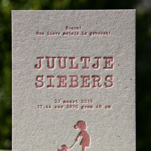 Letterpers_letterpress_geboortekaartje_Juultje_meisje_eendje_trekdier_grijskarton_stoer_typemachine_letter_ue