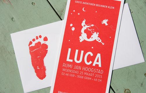 Letterpers_letterpress_geboortekaartje_Luca_wereld_olifant_trein_voetafdruk_envelop_rood