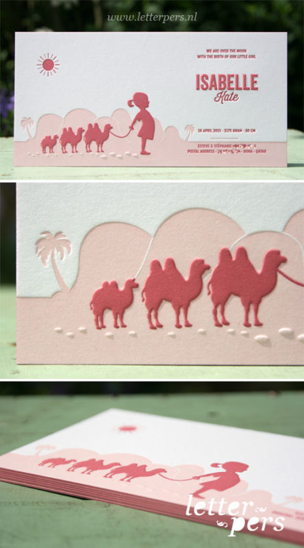 Letterpers_letterpress_geboortekaartje_Isabelle_lichtroze_donker-roze_kamelen_meisje_woestijn_Qatar_Doha