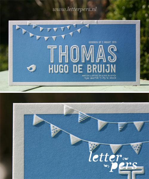 Letterpers_letterpress_geboortekaartje_Thomas_blauw_preeg_vlaggetjes_feest_vogel