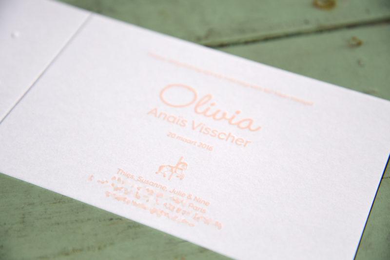 Letterpers_letterpress_geboortekaartje_Olivia_Parijs_draaimolen_eifeltoren_paraplu_croisantje_koper_brons_foliedruk-2-9602