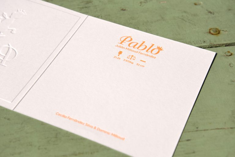 Letterpers_letterpress_geboortekaartje_Pablo_Zwitserland_Switserland_hobbelpaard_kroontje_speen_goudfolie_embossing_releif-2-9595