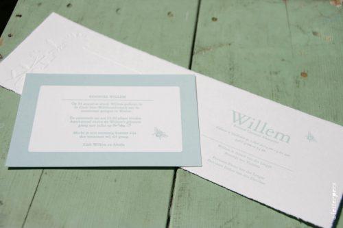 Letterpers geboortekaart Willem in zachtblauw met goudfolie
