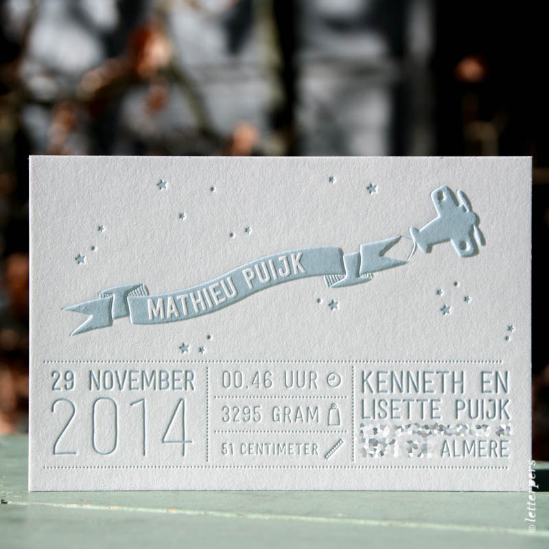 Letterpers geboortekaart Mathieu met vliegtuig