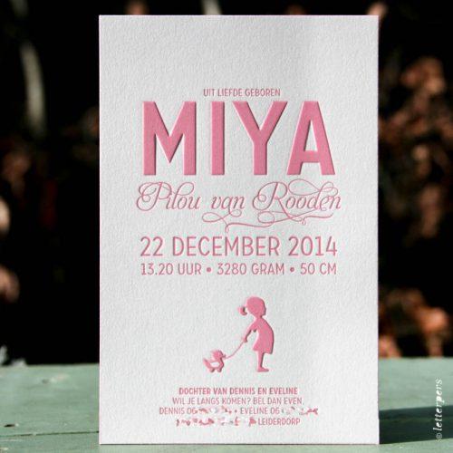 Letterpers geboortekaart voor Miya in roze