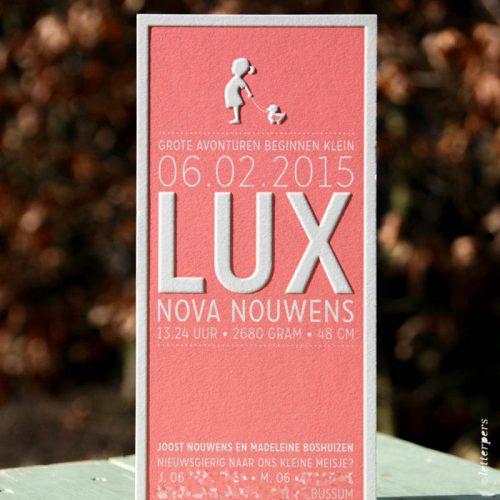 Letterpers geboortekaart Lux in koraal