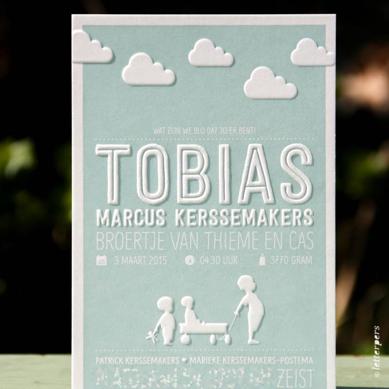 Letterpers geboortekaart voor Tobias met wolken en preeg