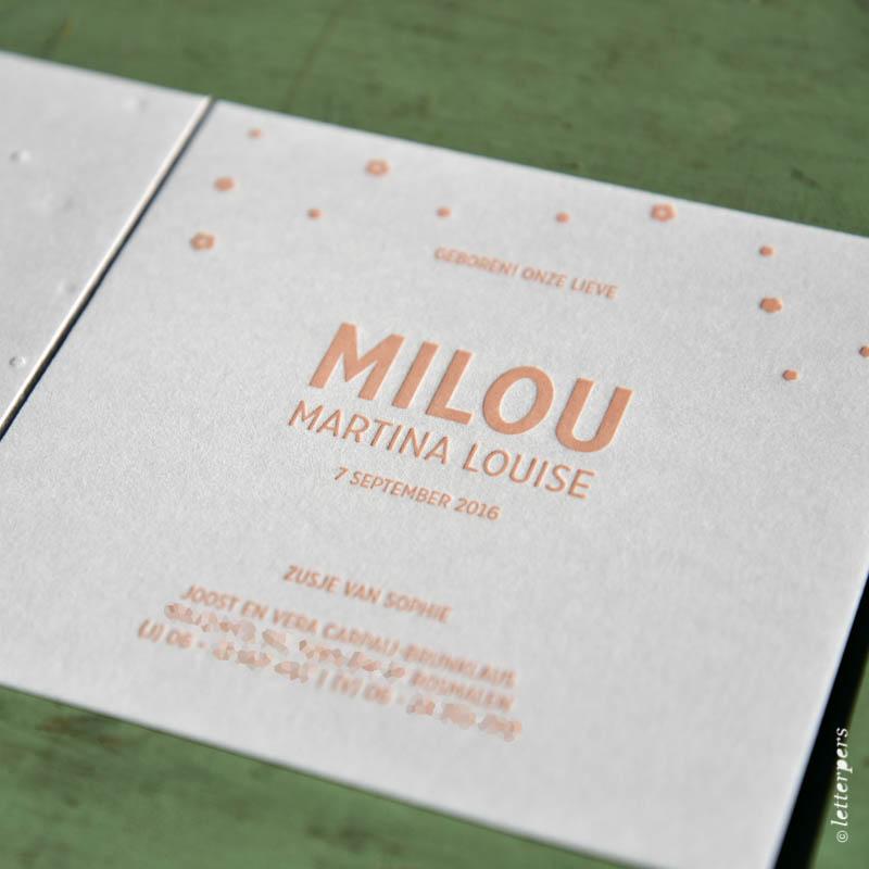 Letterpers kaartje meisje met folie en preeg bloemen