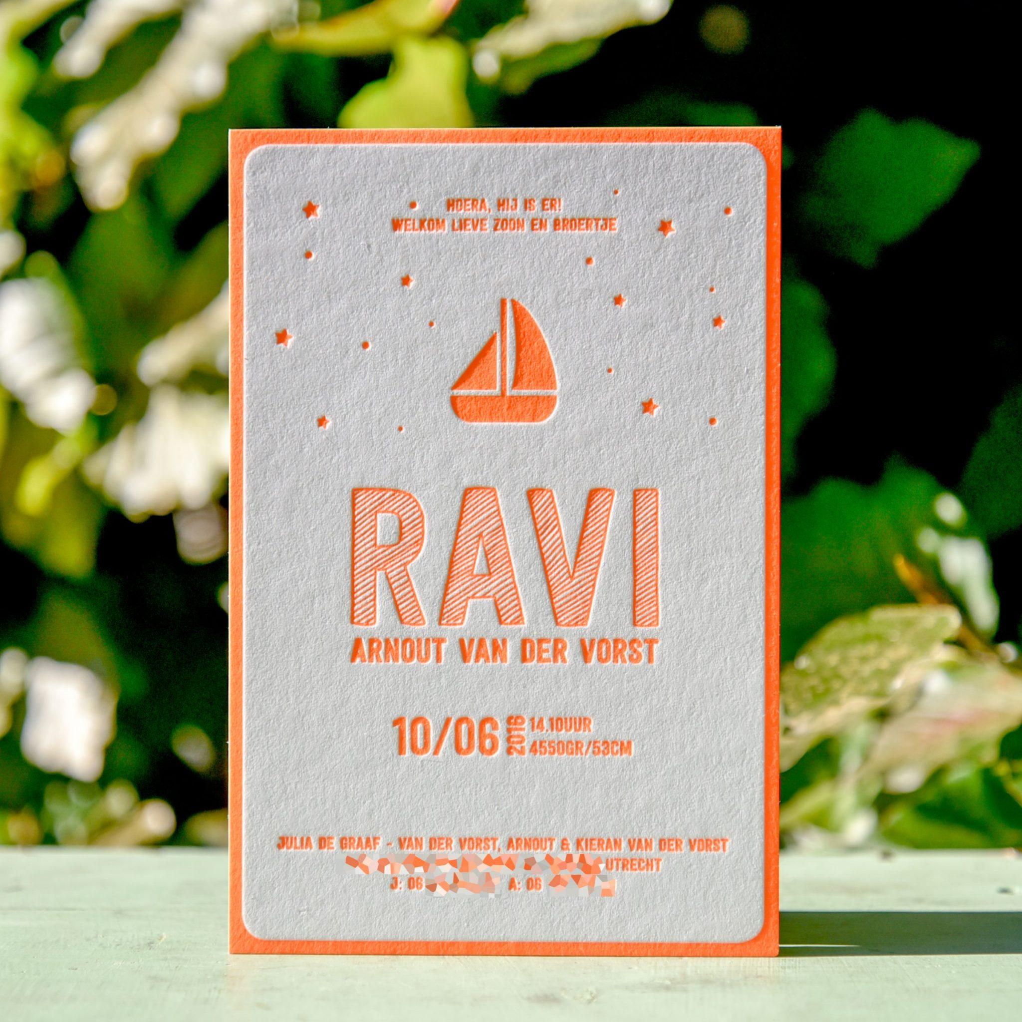 Ravi geboortekaart verdiept gedrukt in het fluor oranje