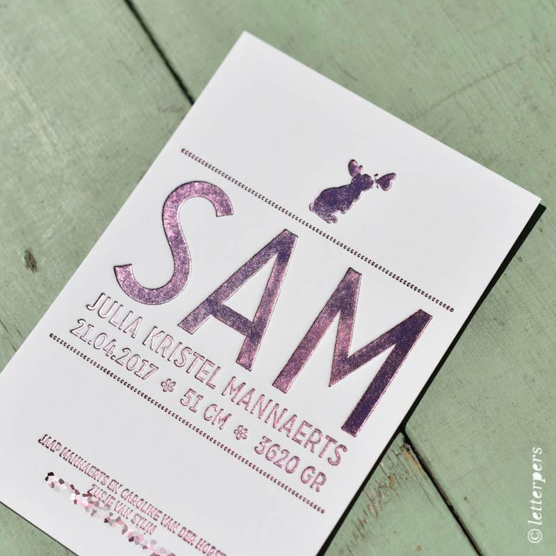 Letterpers geboortekaartje Sam met paarse folie