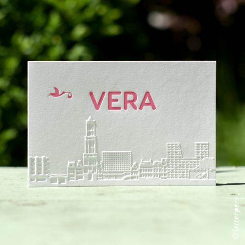 Letterpers skyline roze geboortekaart Vera