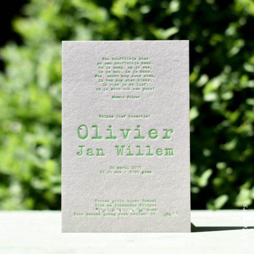 Letterpers grijs karton geboortekaart jongen fluor groen