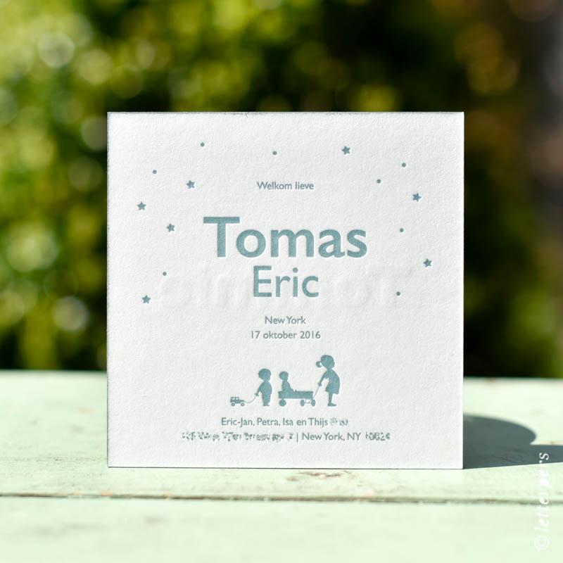 Vierkante jongens geboortekaart met familie getekend en de sterren