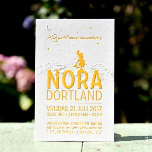 Letterpers kaart Nora met indianen meisje, hoofdtooi en preeg van bergen