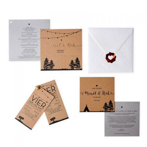Bruin karton trouwkaart met een kleur en een verdiepte folie