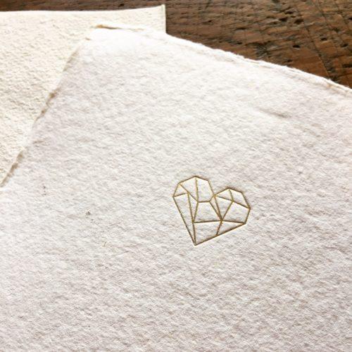 Valentijnskaar origami hart met folie gedrukt in handgeschept papier.