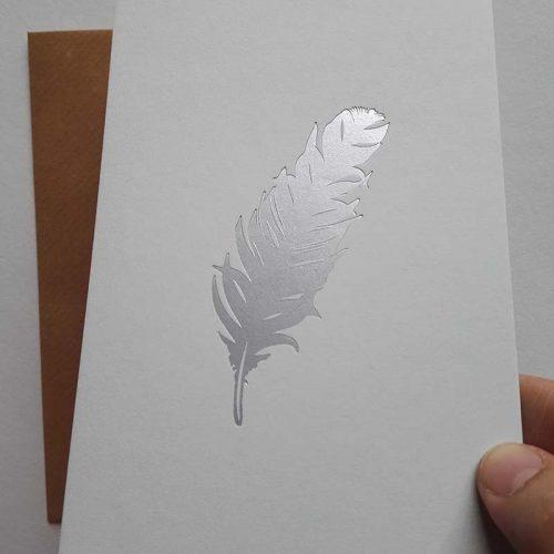 Grijs papier met mat zilver veer - hotfoil - letterpers