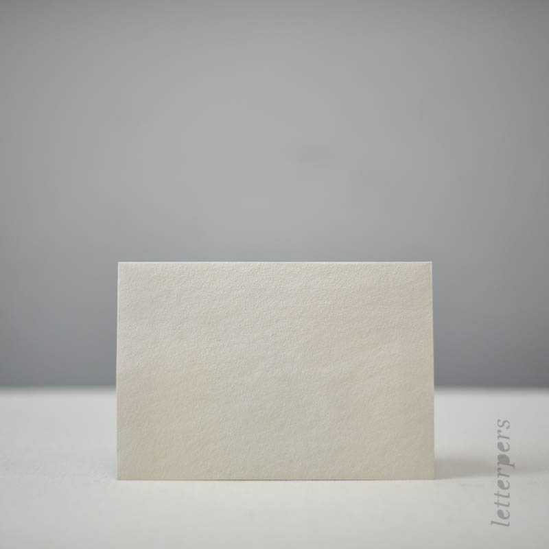 Handgeschepte off white enveloppe