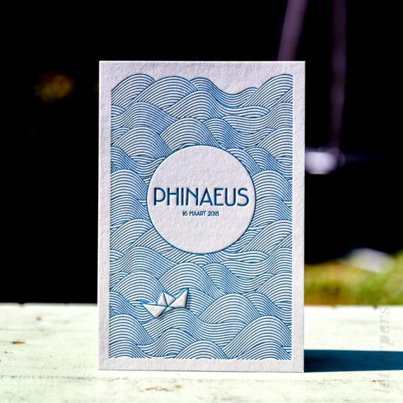 Grafisch ontwerp geboortekaart met golven en origami papier bootje