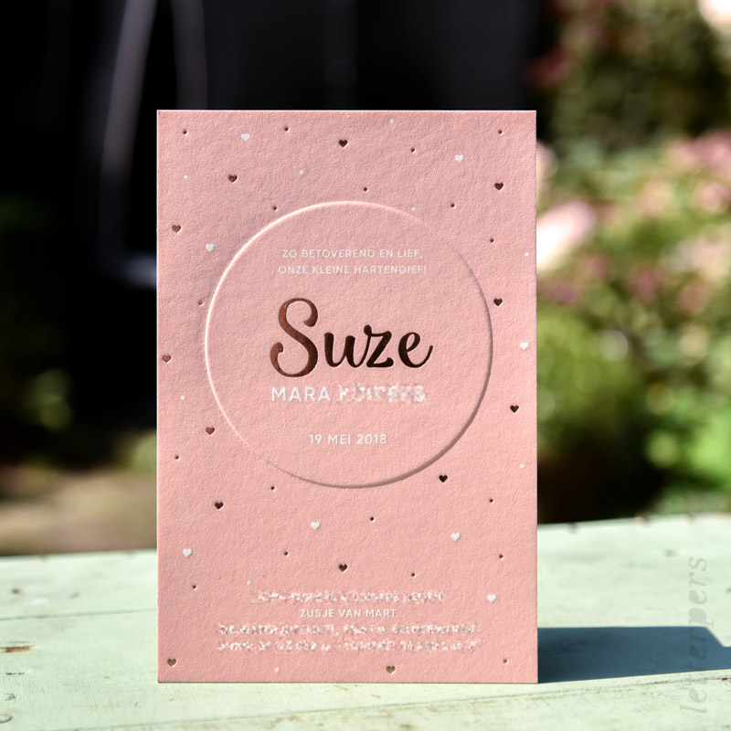 Meisjes kaart bedrukt met een roze kleur en een glimmende folie.