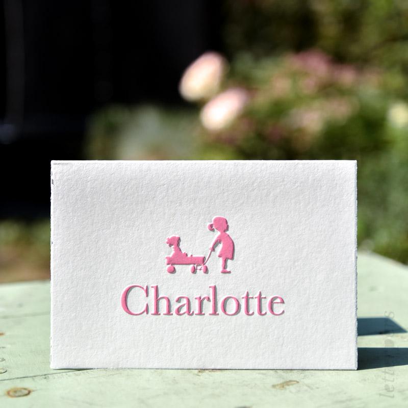 Gevouwen kaartje met een roze kleur, zusjes aan het spelen.