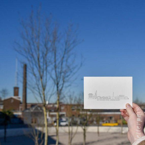 Letterperskaart met de skyline van Amersfoort op de achtergrond. Hierop is de kaart gebaseerd.