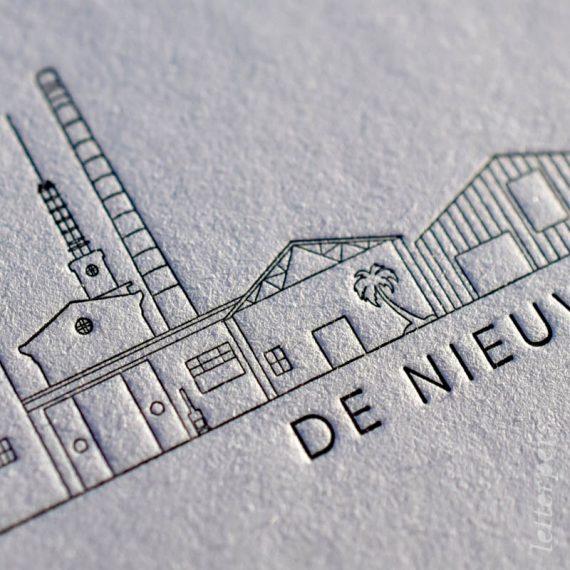 Close up van de letterperskaart met de skyline van Amersfoort.
