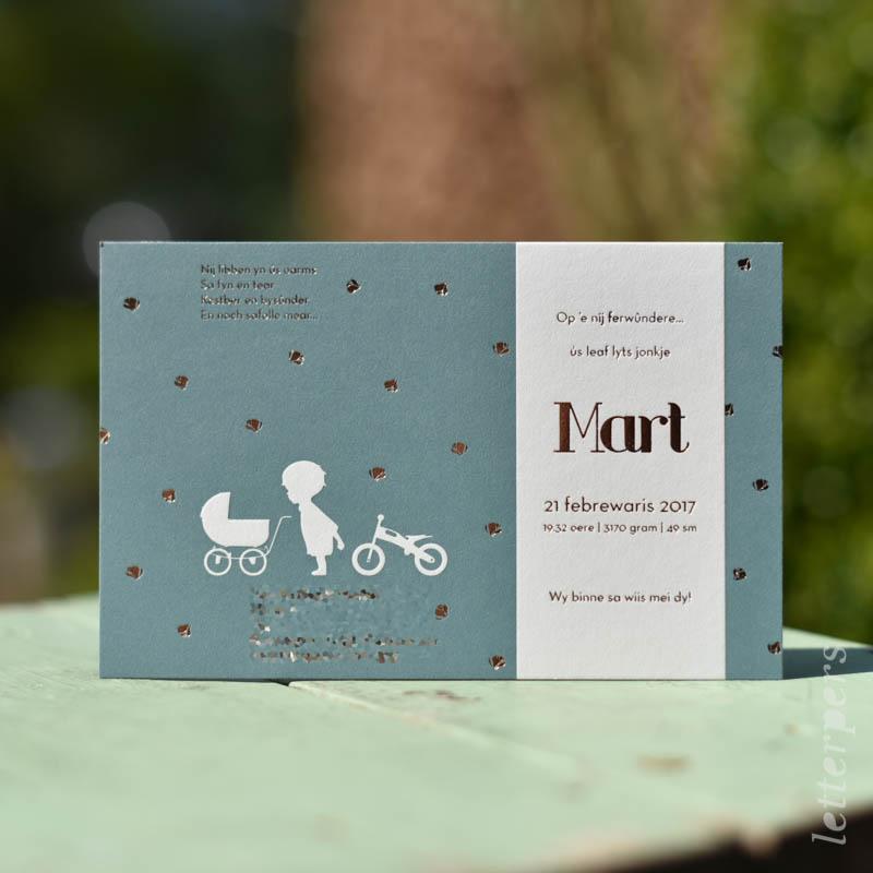 Geboortekaartje Mart bloemetjes met kind, fietsje en wagen
