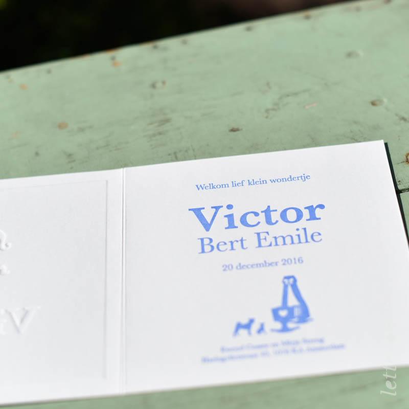Geboortekaartje Victor blauw met ridder op hobbelpaard binnenkant
