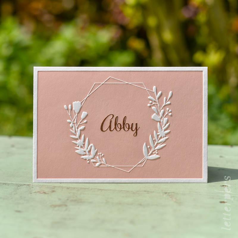 Letterpers kaartje meisje met bloemen, preeg en folie