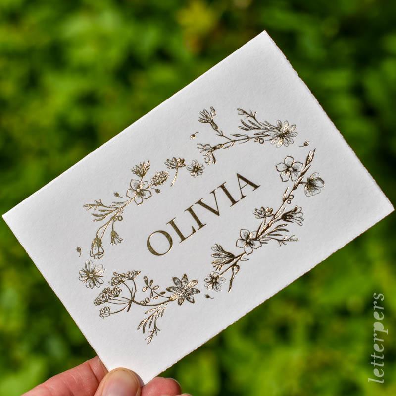 geboortekaartje olivia met bloemenkrans in goudfolie