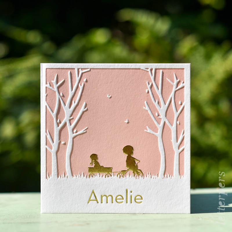 Geboortekaartje Amelie, kleur roze, broer zus fiets wagen, zomer bomen en vlinders, goudfolie, letterpers letterpress