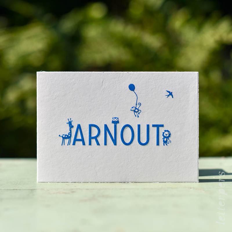 Geboortekaartje Arnout, kleur donkerblauw, dier giraffe uiltje aapje leeuwtje vogel ballon, preeg, letterpers letterpress