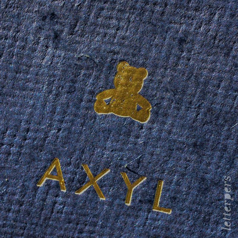 Geboortekaartje Axyl, kleur donkerblauw, dier beertje, goudfolie, handgescheptpapier, letterpers letterpress