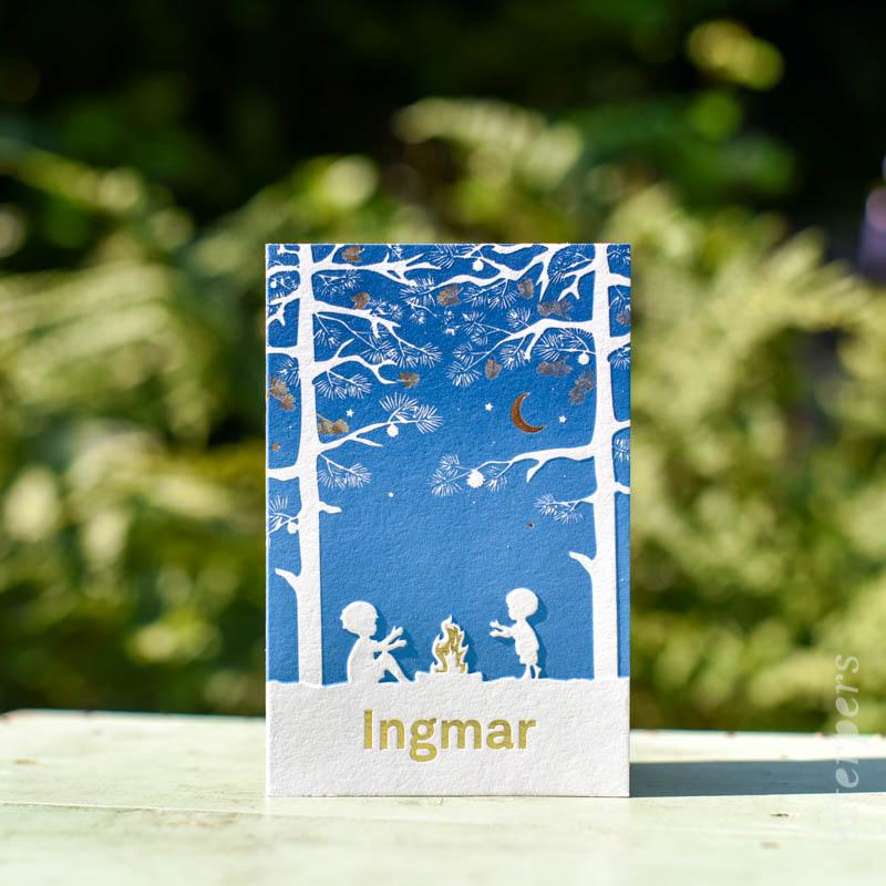 Geboortekaartje Ingmar, kleur blauw, jongetje broertje kampvuur bos maan dennenboom, preeg goudfolie, letterpers letterpress