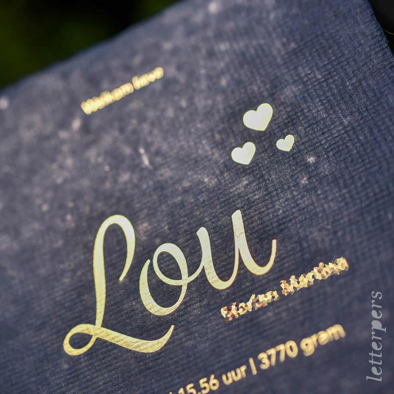 Geboortekaartje Lou, kleur donkerblauw, hartjes, goudfolie, letterpers letterpress