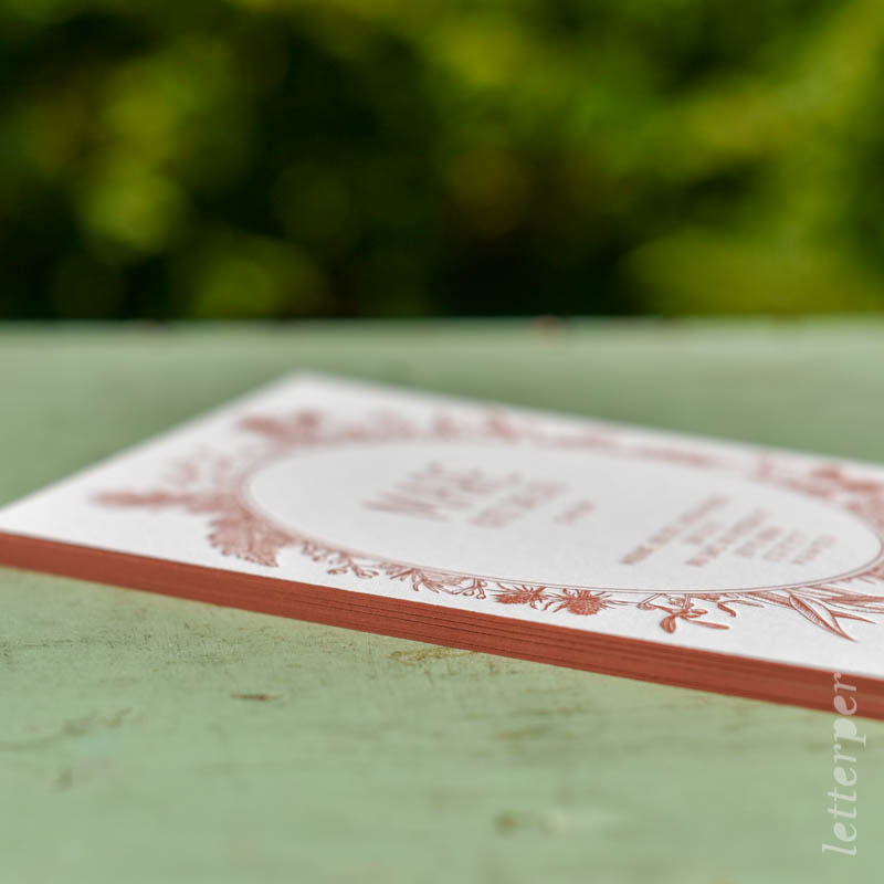 Geboortekaartje Mare, kleur roze rood oranje, klassiek bloemenkrans, kleur op snede, letterpers letterpress