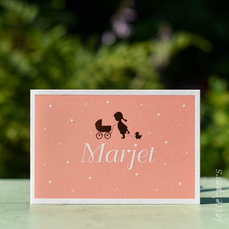 Geboortekaartje Marjet, kleur roze rood oranje, kinderwagen eendje meisje, goudfolie, letterpers letterpress