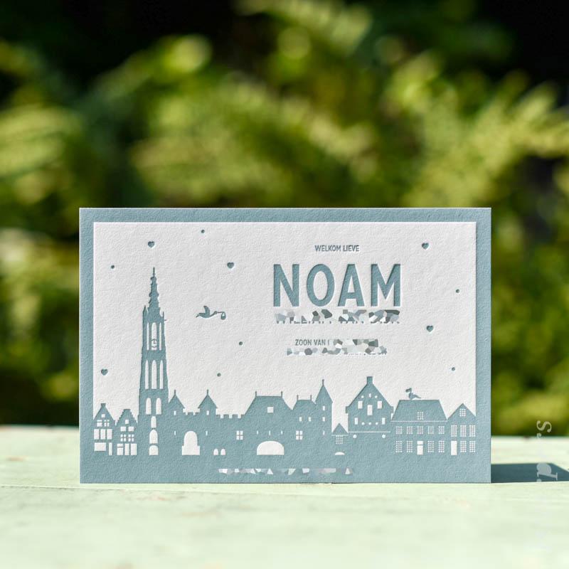 Geboortekaartje Noam, kleur blauw groen, skyline Amersfoort ooievaar hartjes, letterpers letterpress