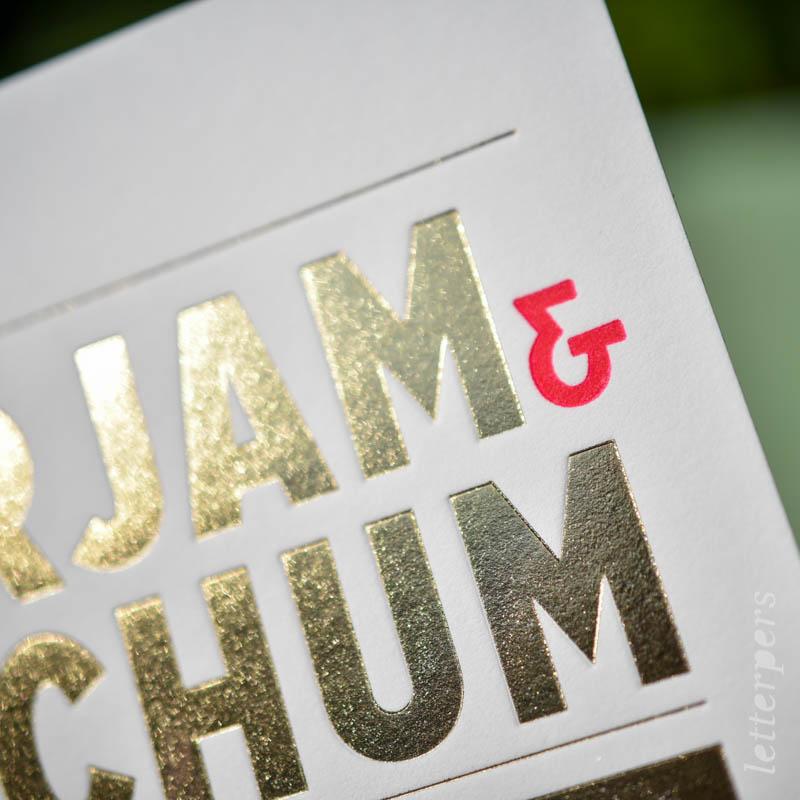 Voor Mirjam en Jochum een typografische trouwkaart. De hoofd uitnodiging is bedrukt met glimmend goud folie. Leuk details: de roze tint is geïnspireerd door pioen rozen. Pioen rozen worden op de trouwlocatie gebruikt